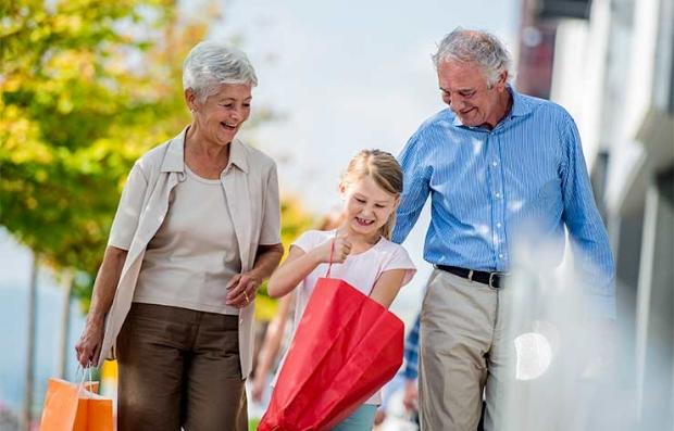 Abuelos de compra con su nieta