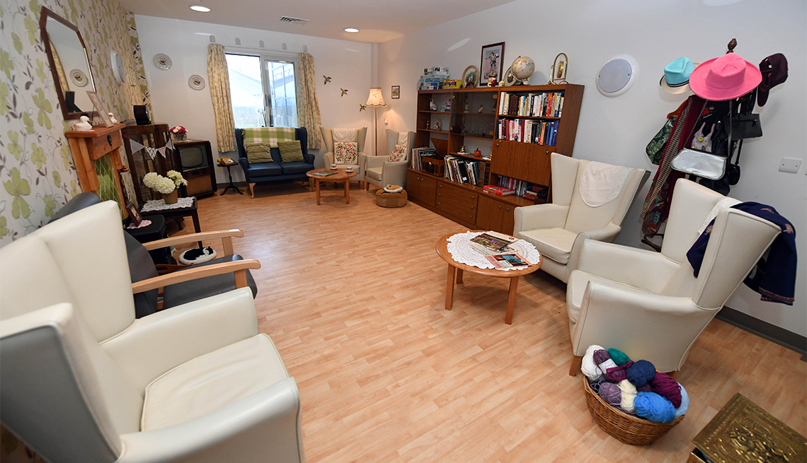 A devoted husband built a 1960s-style sitting room in a hospital ward to help his wife being treated for Alzheimer's