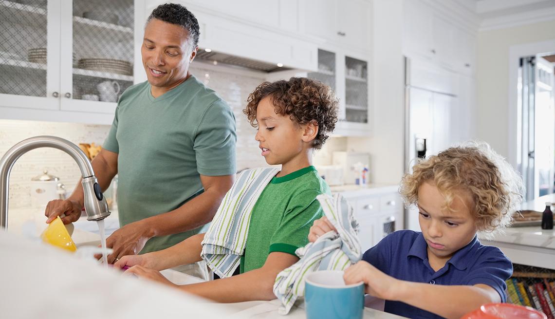 Resultado de imagen para madre haciendo oficios con sus hijos