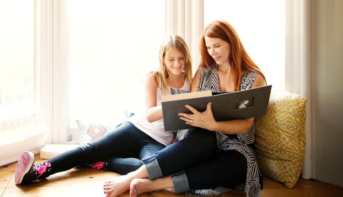Qué dejar a los hijos - Madre e hija observan un album de fotos