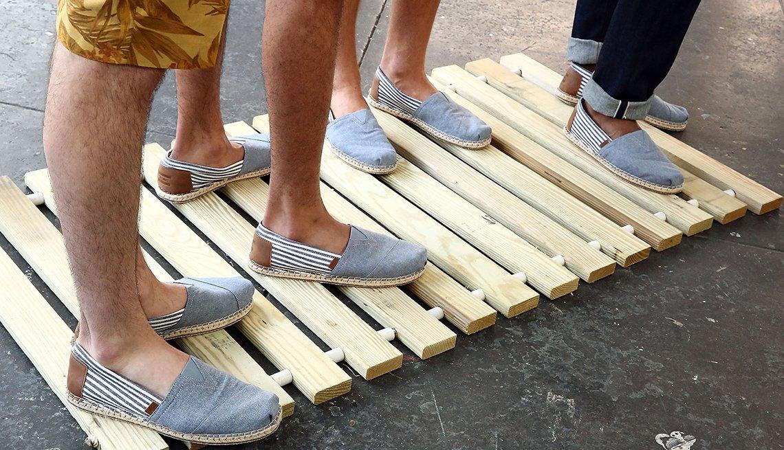 Regalos para papás mayores de 50 años - Hombres calzan zapatos nuevos