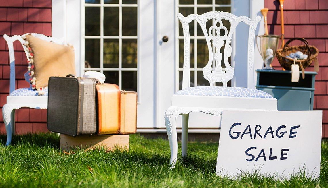Muebles expuestos en una venta de garaje