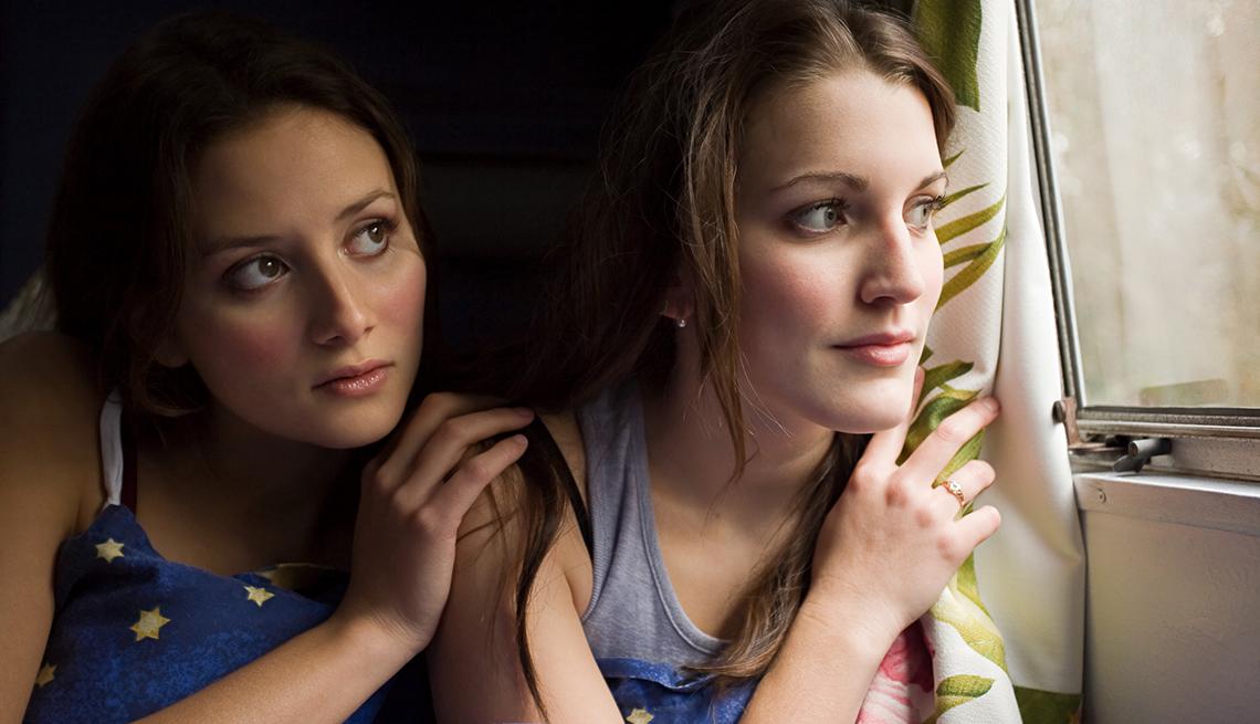 Dos mujeres mirando por la ventana - Qué hacer cuando un hijo se declara gay