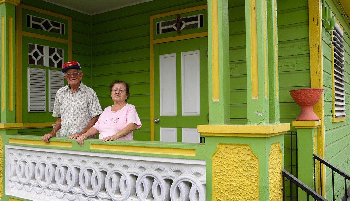 Pareja de ancianos parados en el balcón de su hogar en Puerto Rico