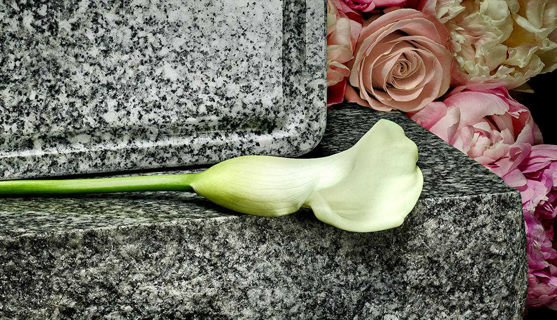 Flor sobre una lápida