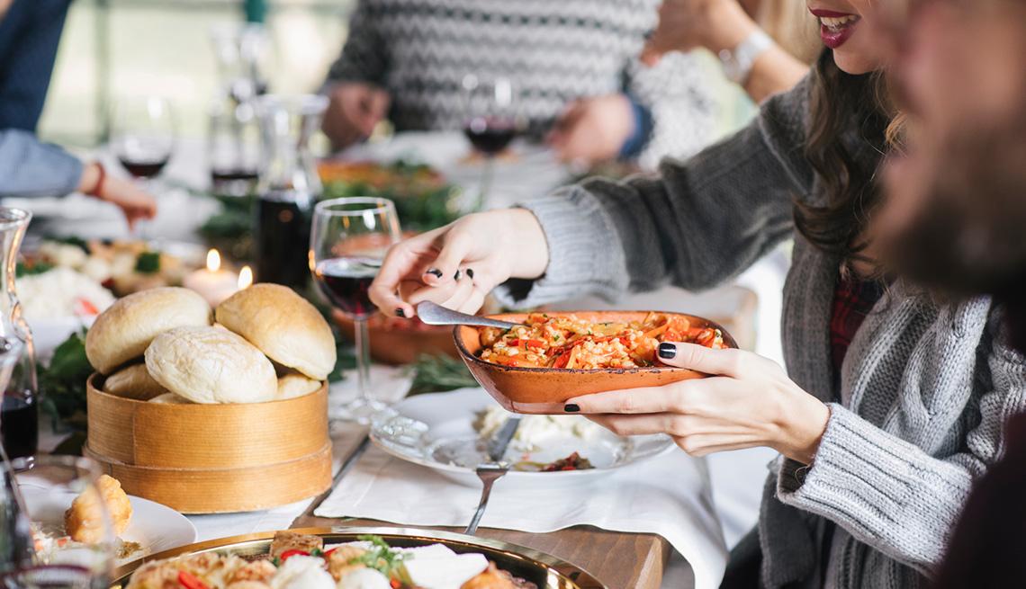 Grupo de personas comiendo en la mesa