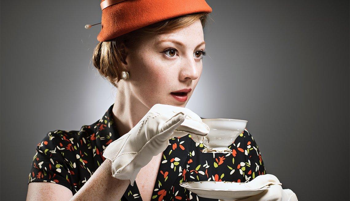 Las reglas de etiqueta más importantes - Mujer sostiene una taza de café