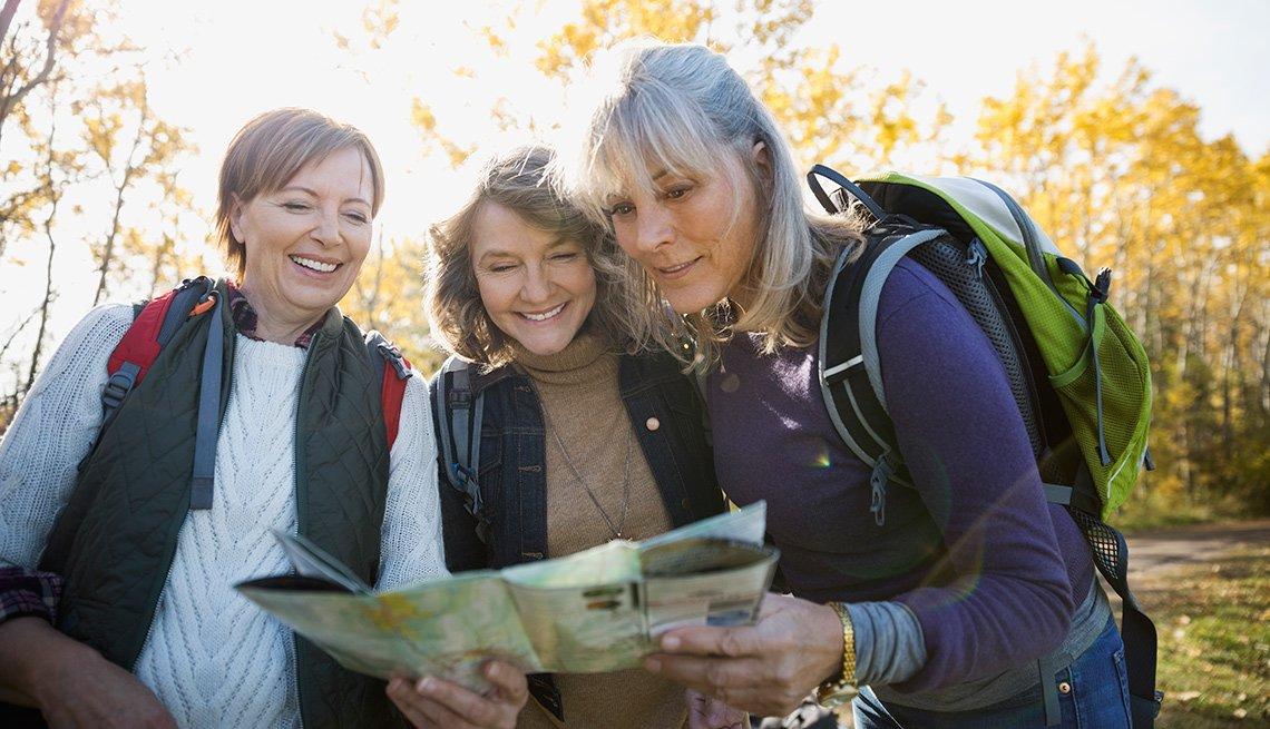 Tres mujeres observan un mapa
