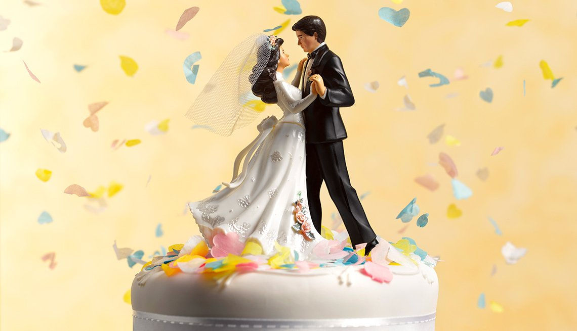A bride and groom figurines dance cake