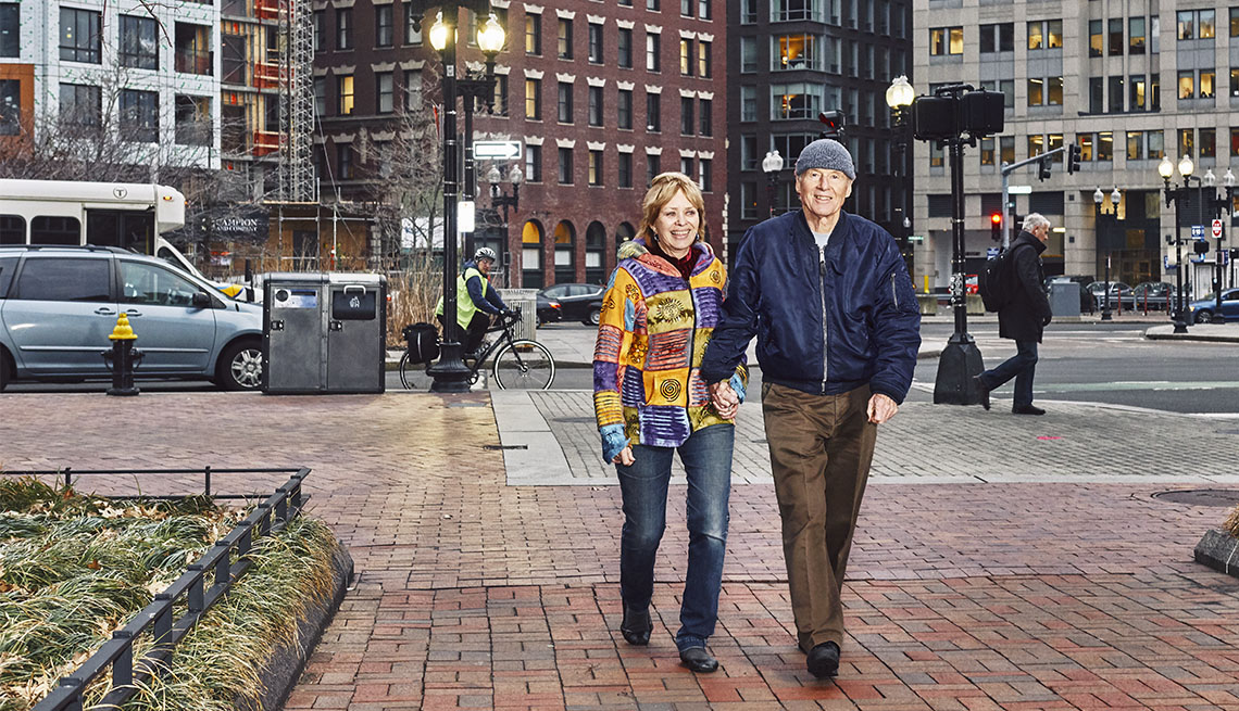 Julie Hatfield y Tim Leland caminan de la mano por la calle en Boston.
