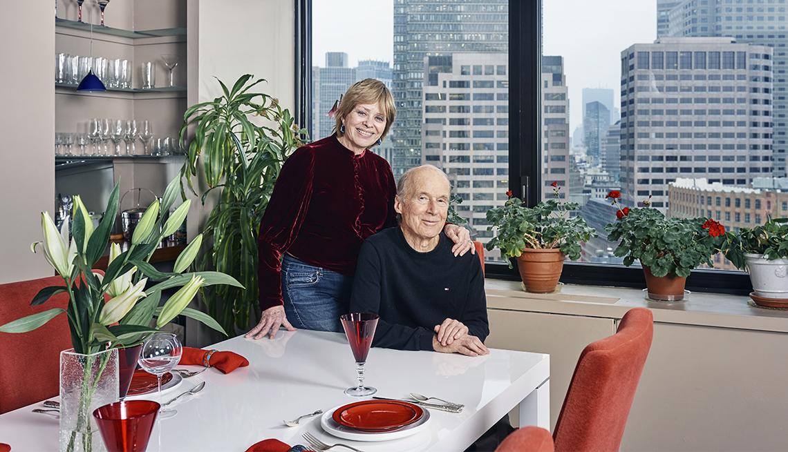 Julie Hatfield y Tim Leland posan para la foto en el comedor de su apartamento en Boston.