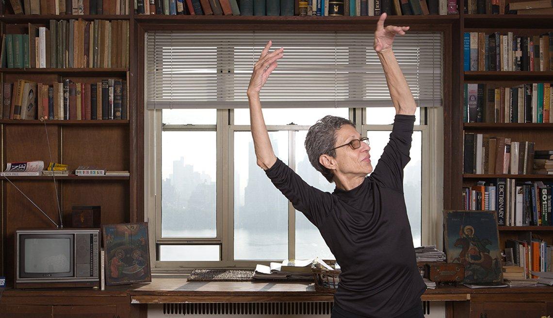 Mujer bailando sola en su casa