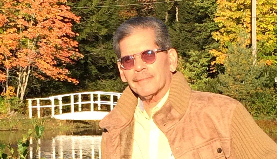 Iván Figueroa-Otero posa con lentes oscuros en un entorno lleno de árboles