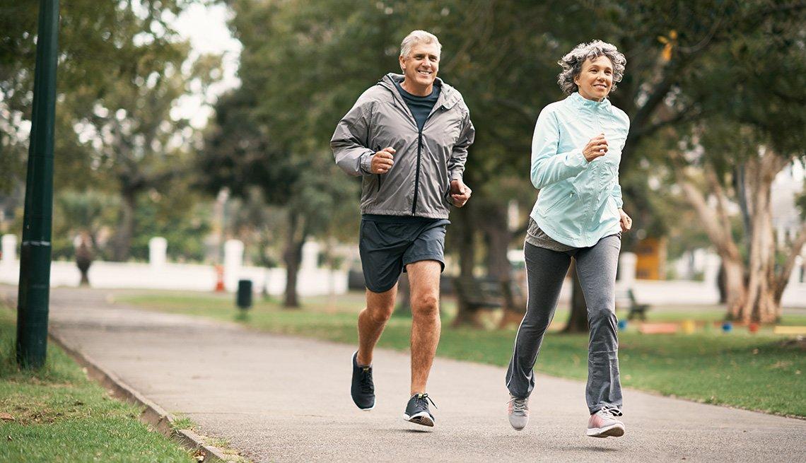 Una pareja haciendo ejercicio.
