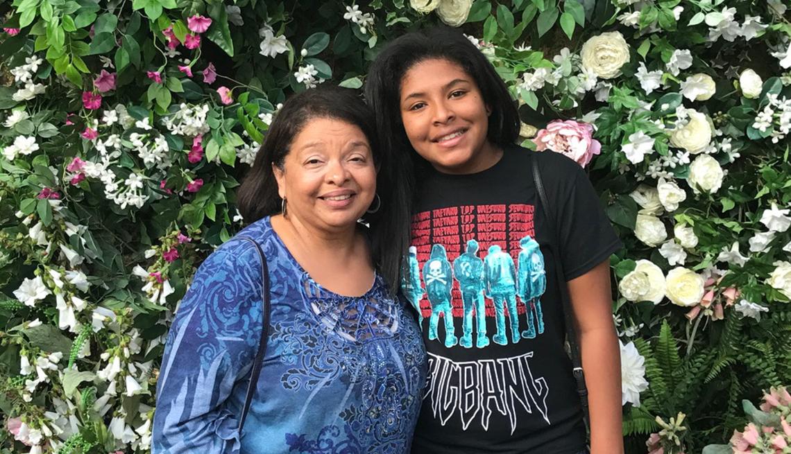 Bárbara Gutierrez y su hija adoptada sonríen