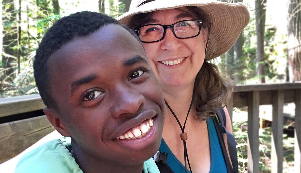 Beth Daniels posa junto a su hijo Lucas.