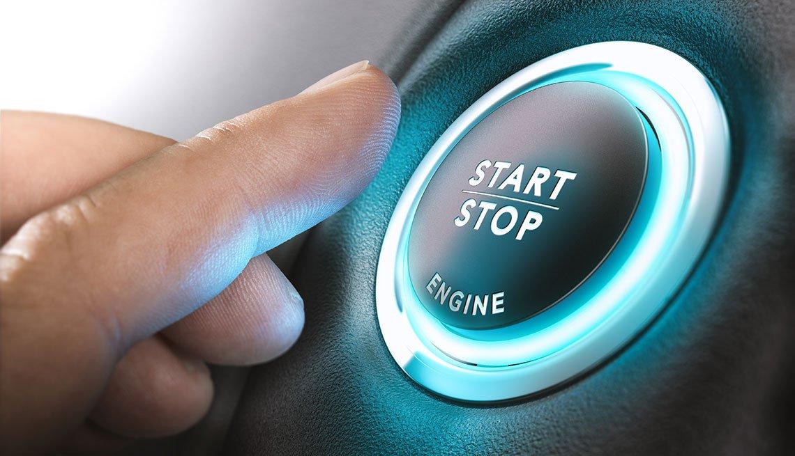 Persona se alista para presionar el botón de inicio de un carro.