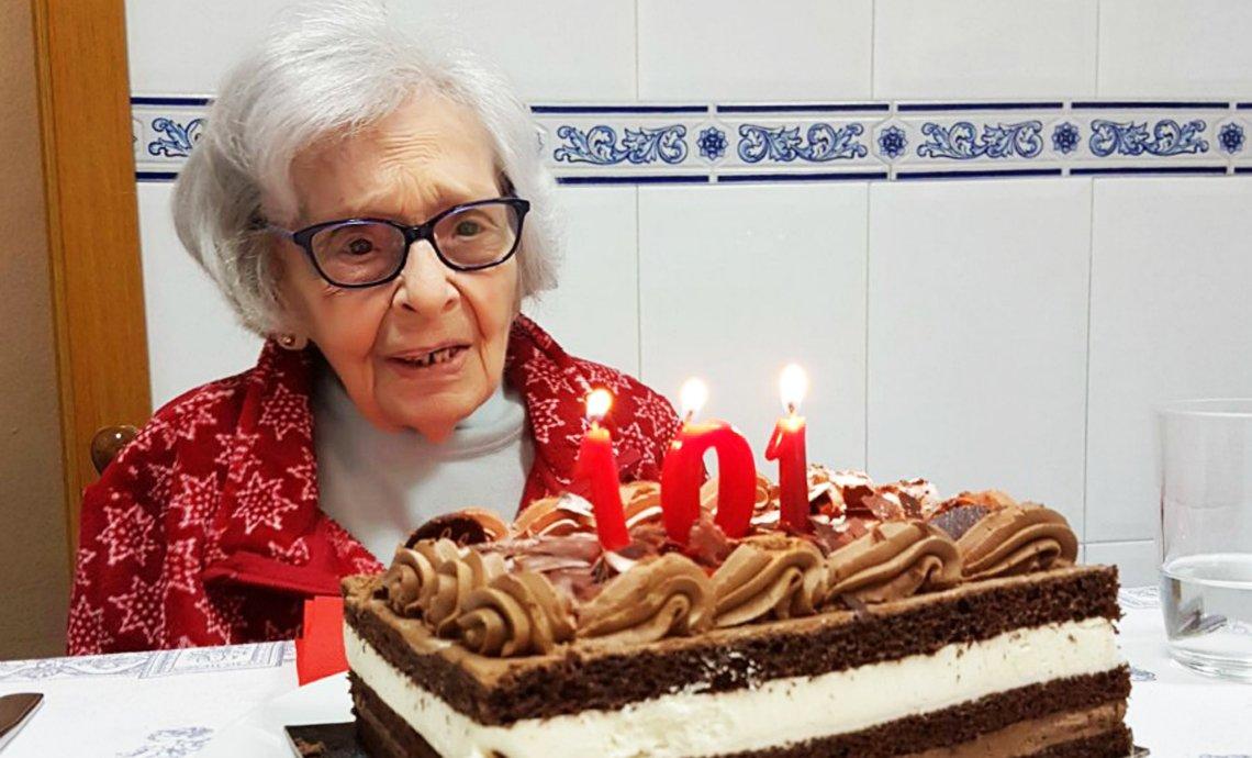 Abuela observa su torta de cumpleaños.