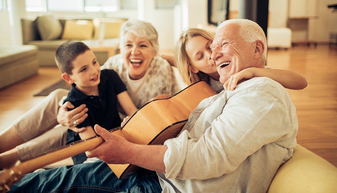 Pareja de abuelos divirtiendose con sus nietos.