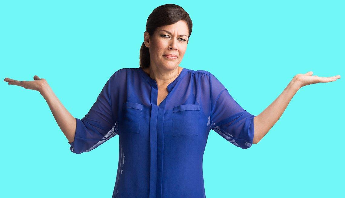 Mujer con cara de inconformidad abre los brazos mientras está de pie.
