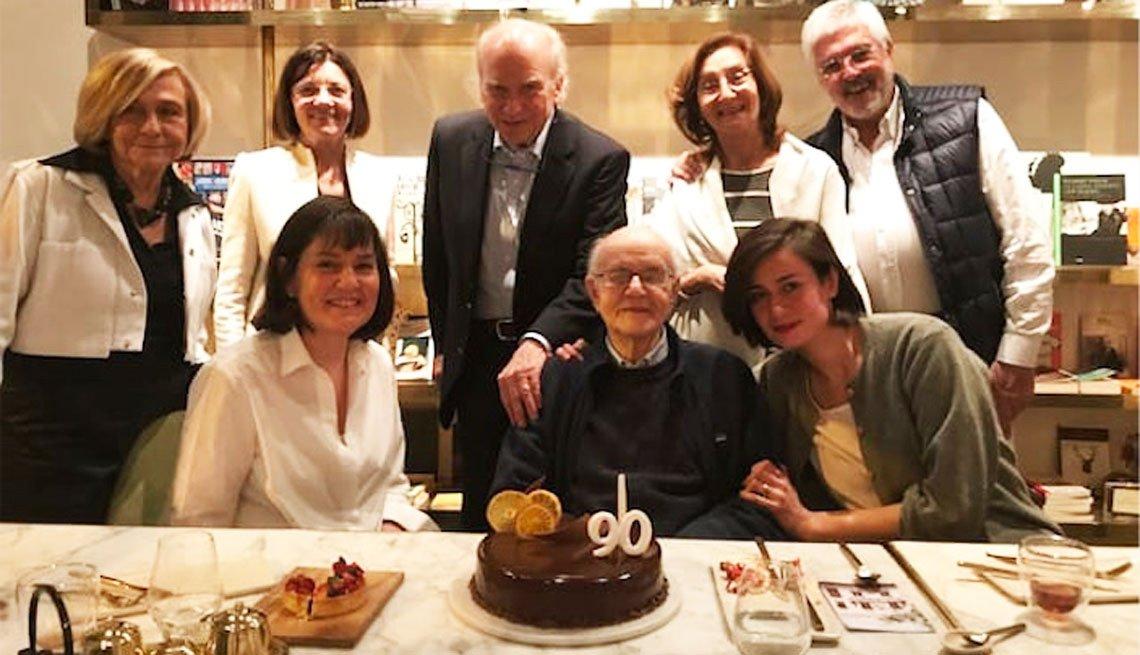 Grupo de personas celebran los 90 años del padre de Ernesto Lechner.
