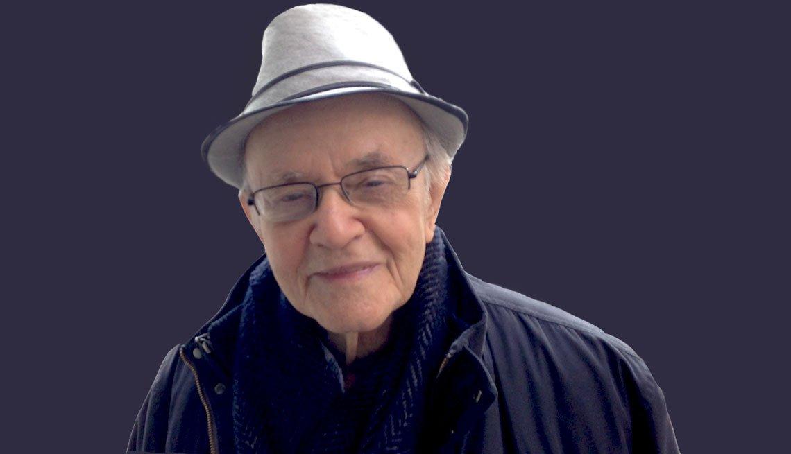 imagen de un hombre mayor, con sombrero y abrigo.