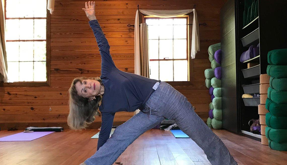 Pauline Dimitry, de 81 años, haciendo ejercicios de yoga.