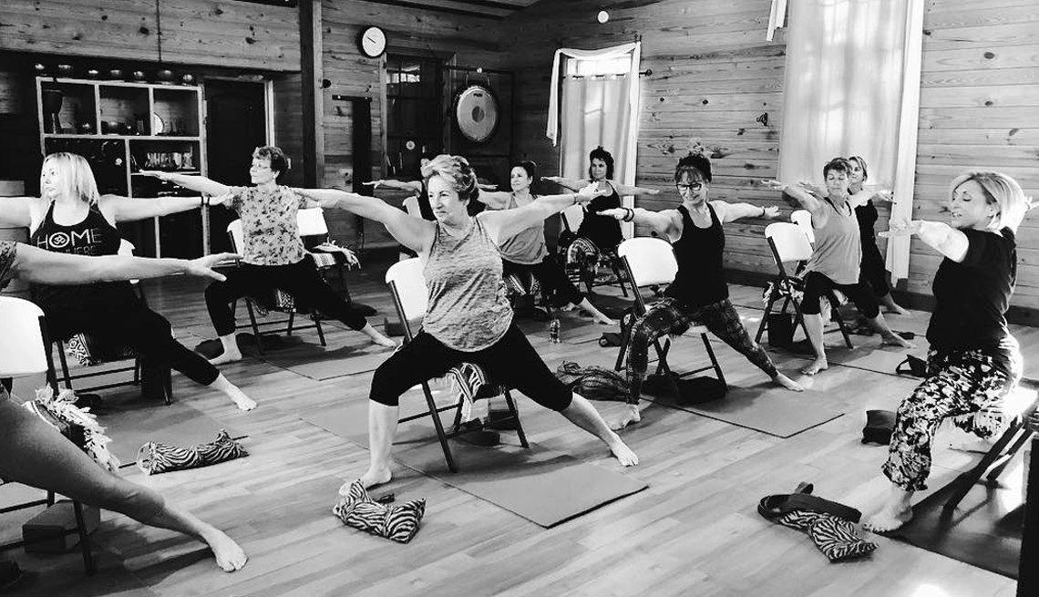 Grupo de mujeres haciendo yoga.