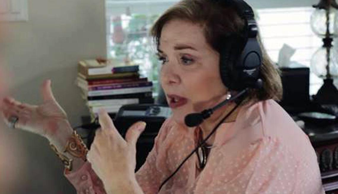 Dra. Isabel Gómez con un micrófono y auriculares en su cabeza.