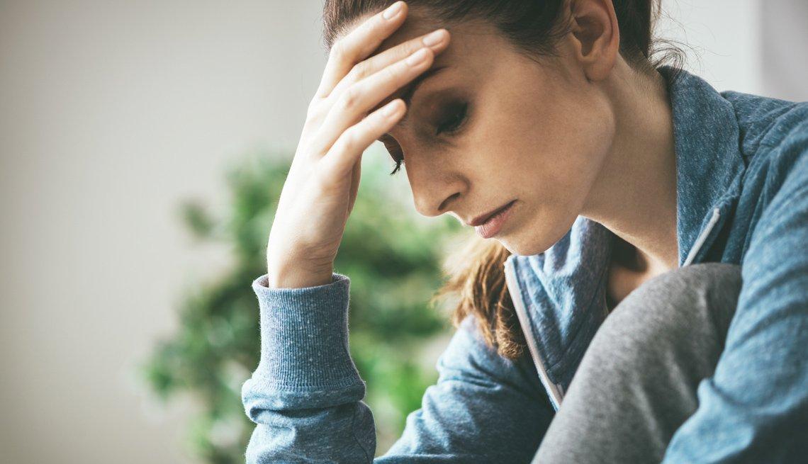 Mujer deprimida en su casa