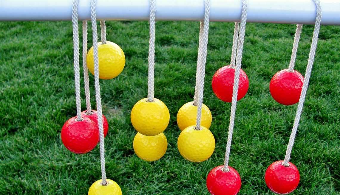 item 3 of Gallery image - Bolas amarillas y rojas colgadas con diferentes alturas