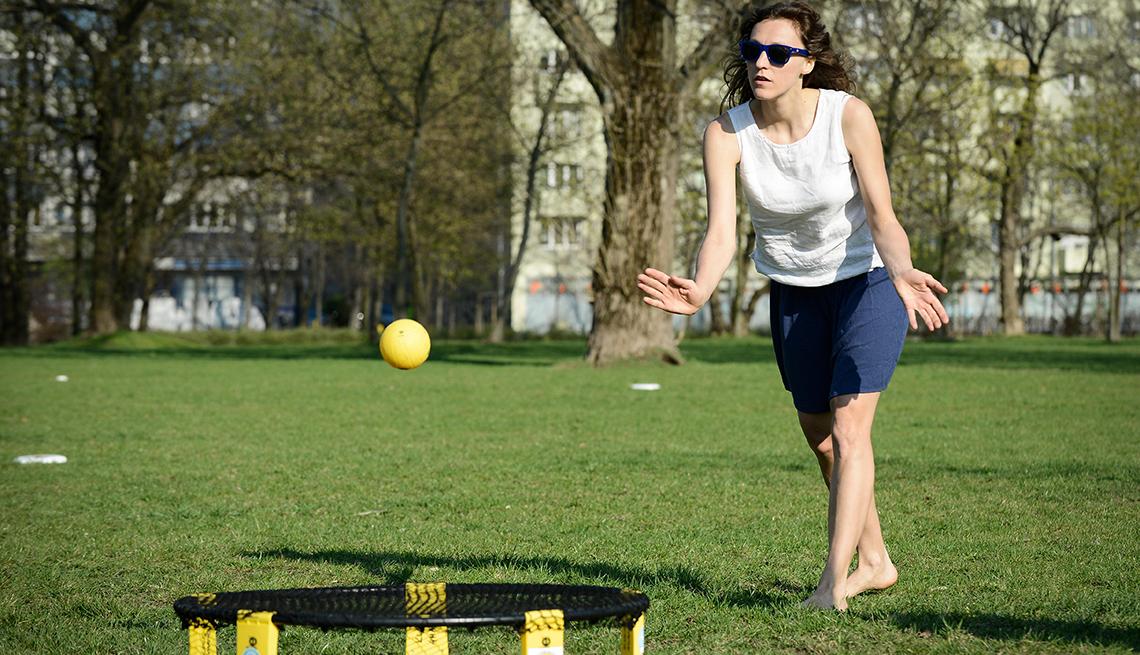 item 7 of Gallery image - Mujer jugando spikeball en un parque