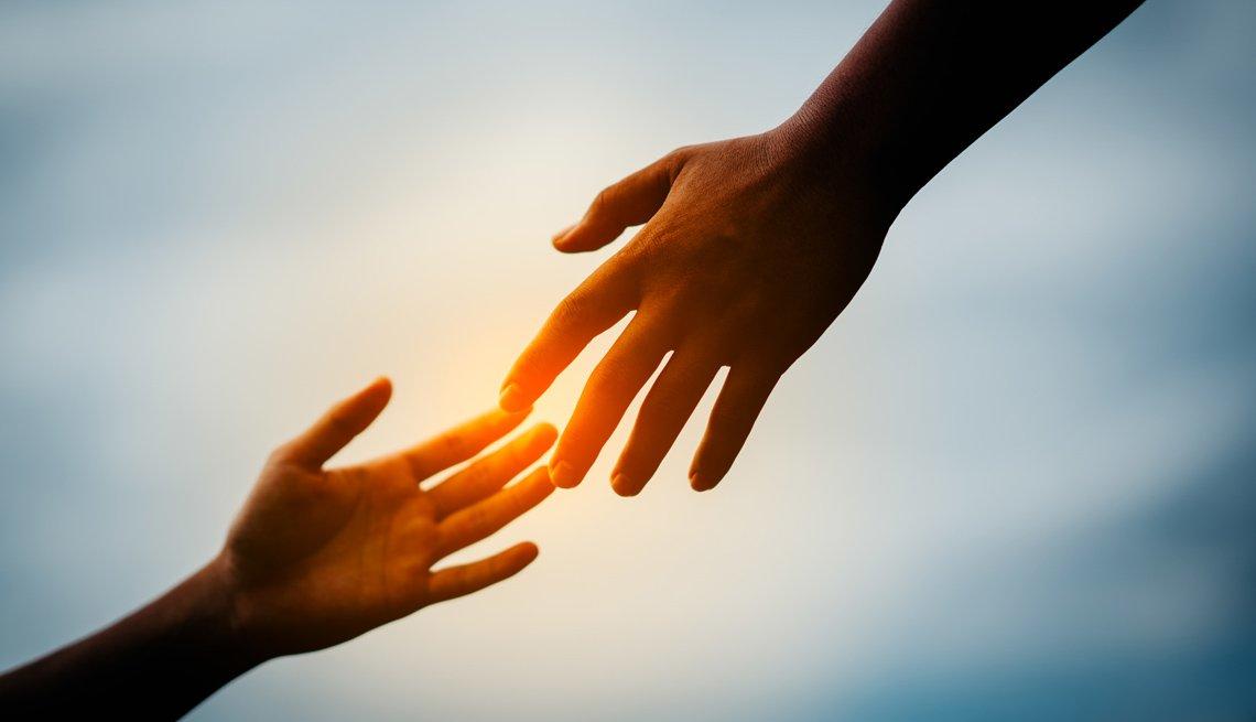 Dos manos contrapuestas se tocan los dedos
