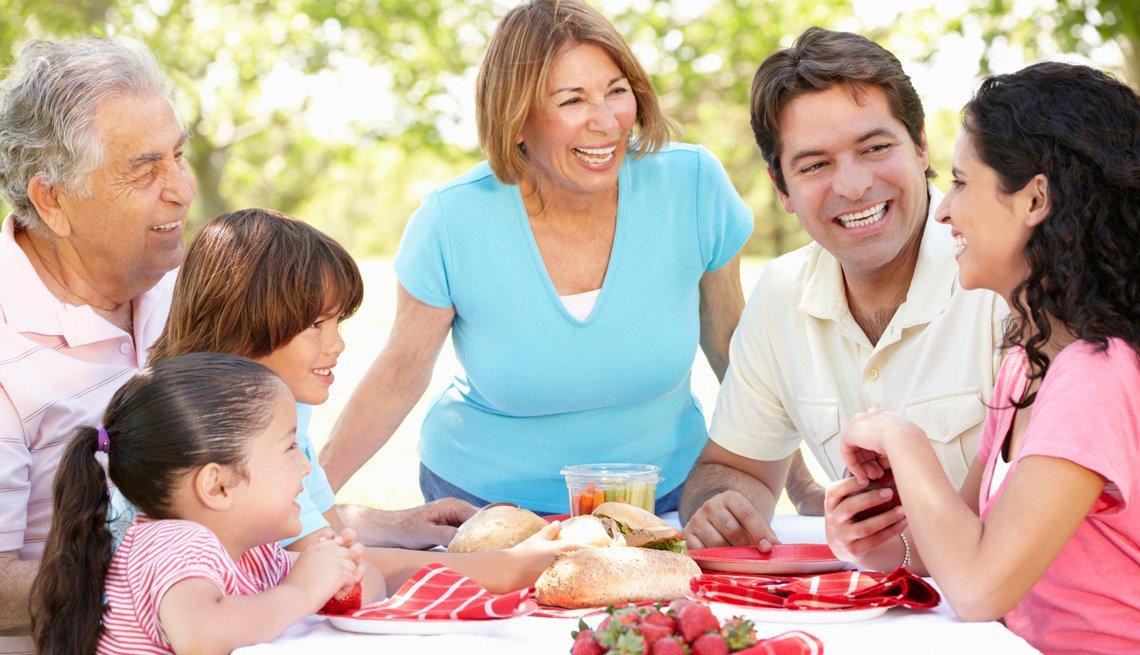 Familia comiendo en la mesa del jardín