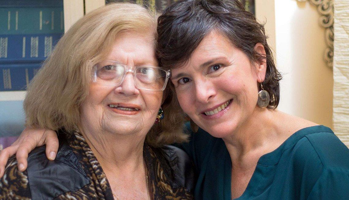 Luisa Varona Granados sonríe junto a su madre Fidelina