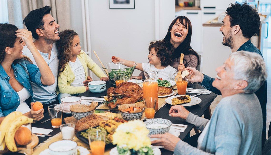 Familia cena mientras celebra el Día de Acción de Gracias