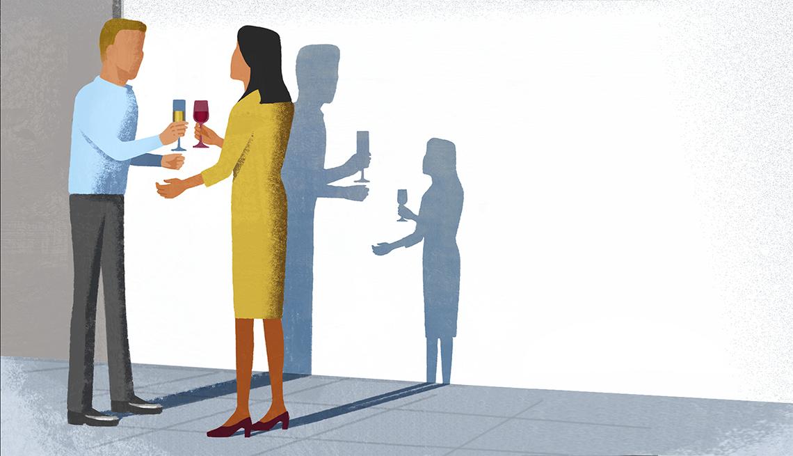 Hombre y mujer sin rostro entablan una conversación con bebidas en la mano