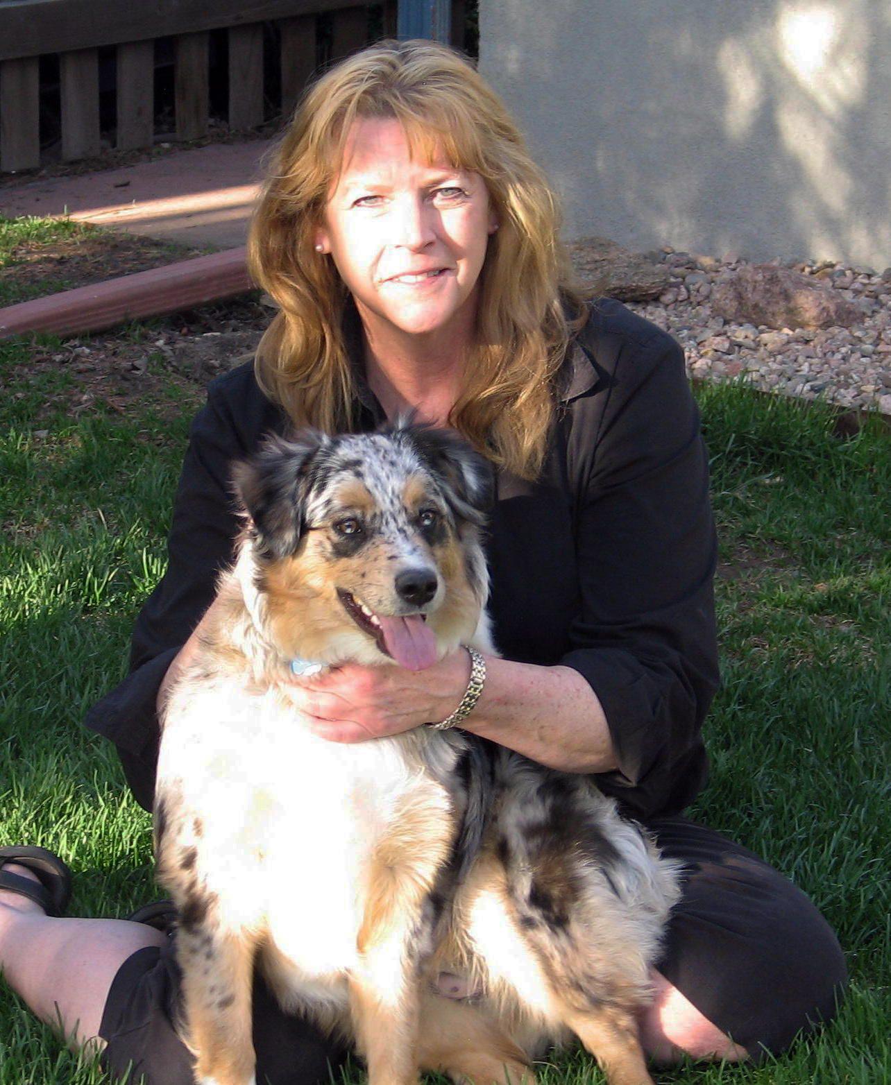 Mujer abraza a su perro