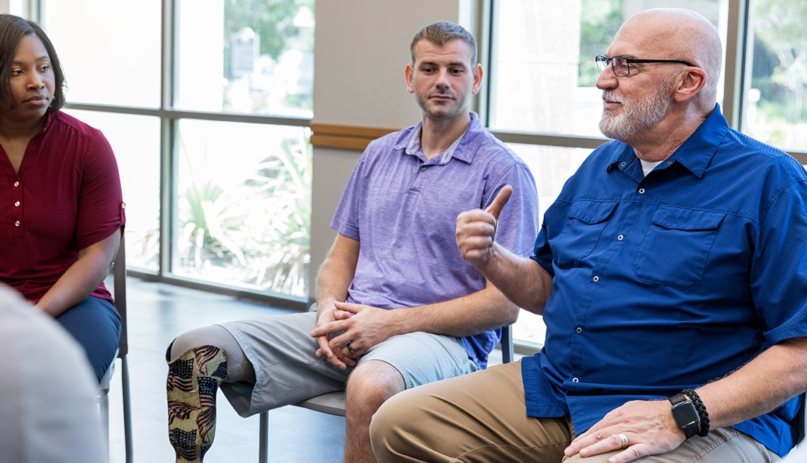 Grupo de veteranos reunidos con su terapeuta