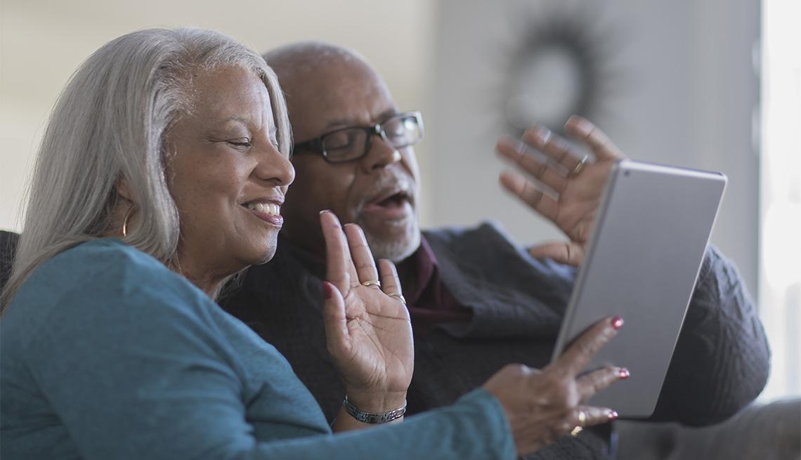 Una pareja de adultos mayores en una videollamada