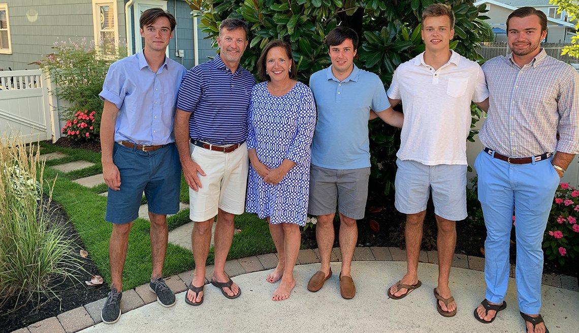 Foto de Martie Bernicker, tercera de la izquierda, con los integrantes de su familia