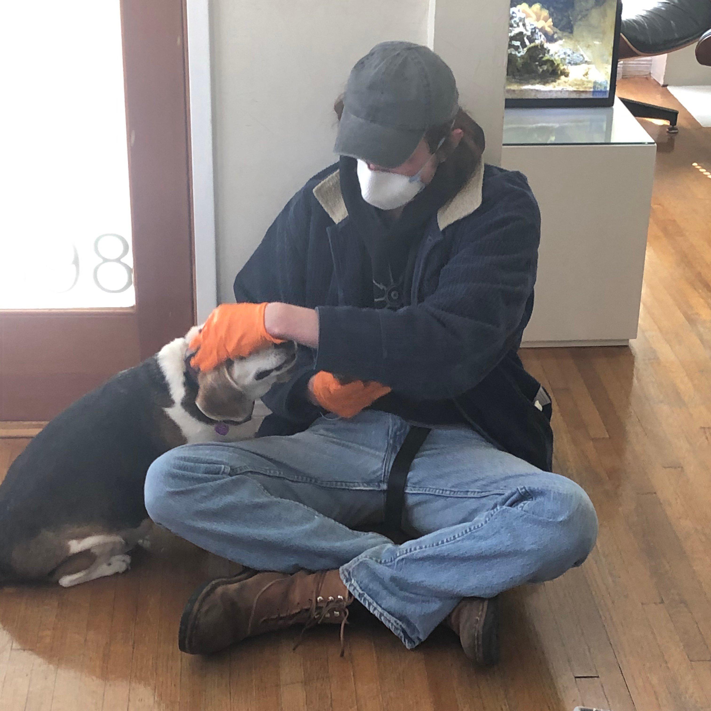 Jonah Bergman y su perro beagle