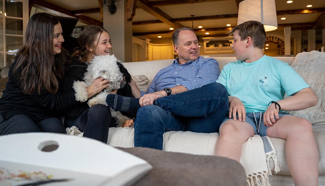Sean Covey, segundo de la derecha, con su familia en su casa de Utah.