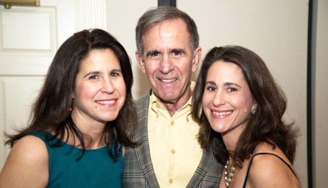 "Sterling ""Ruffin"" Maddox Jr. (centro) con sus hijas, Jennifer Maddox Sergent y Katharine Maddox"