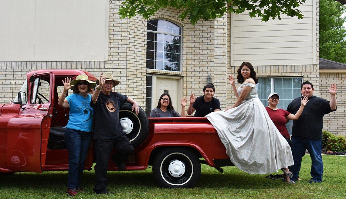 Cameron Díaz posa en su vestido de fiesta con su familia