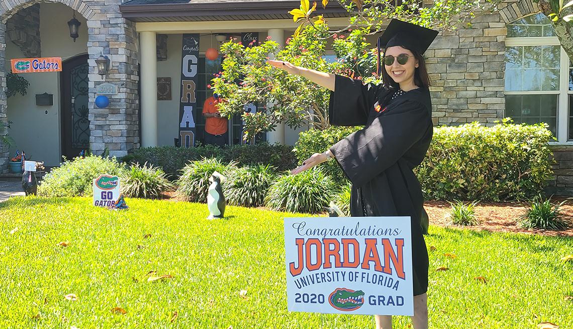 Jordan Kriseman posa en su patio vistiendo toga y birrete