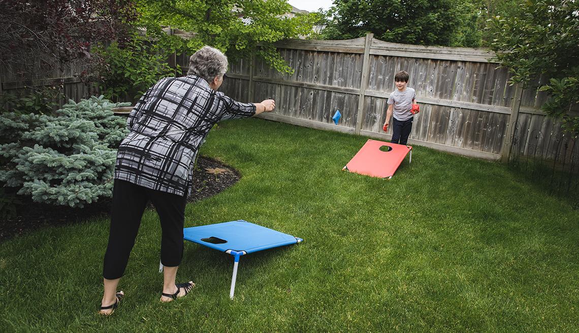 item 2 of Gallery image - Abuela con su nieto juegan cornhole o lanzamiento de sacos