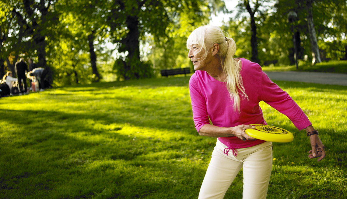 item 9 of Gallery image - Mujer lanza un frisbee