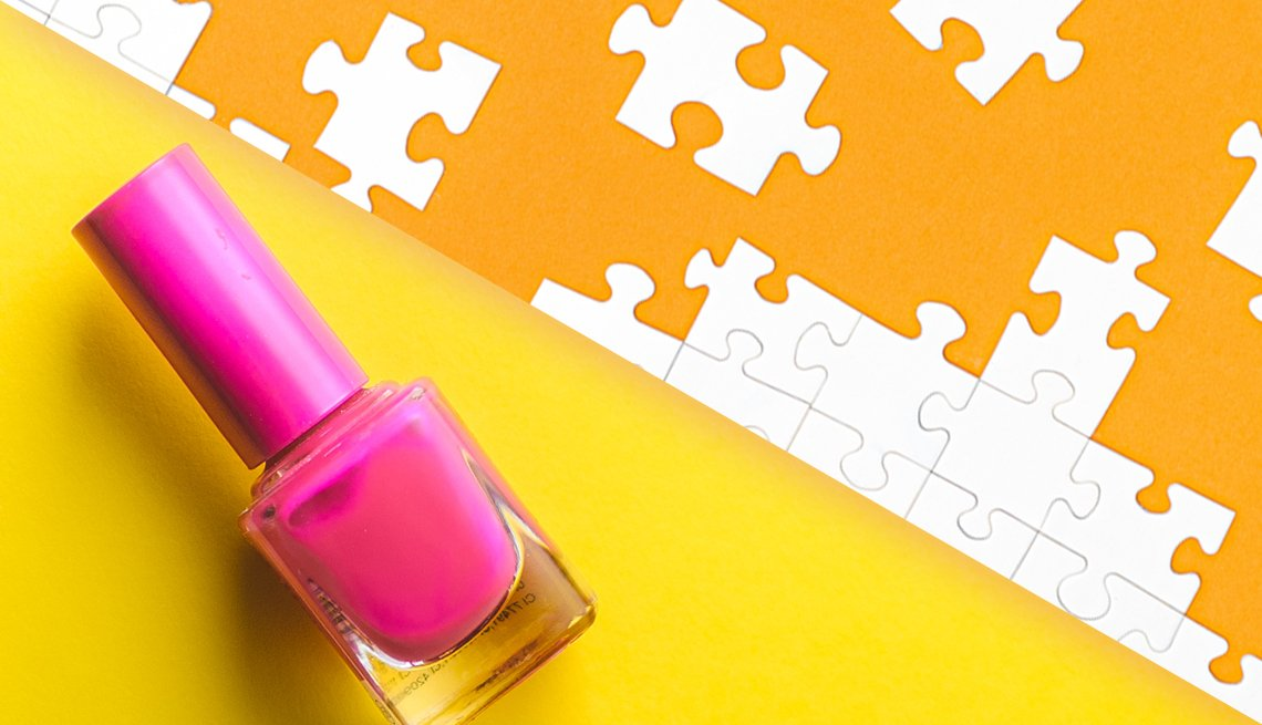 Imagen de un esmalte de uñas junto a piezas de rompecabezas