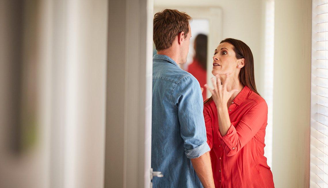 Imagen de una pareja madura que discute en el hogar